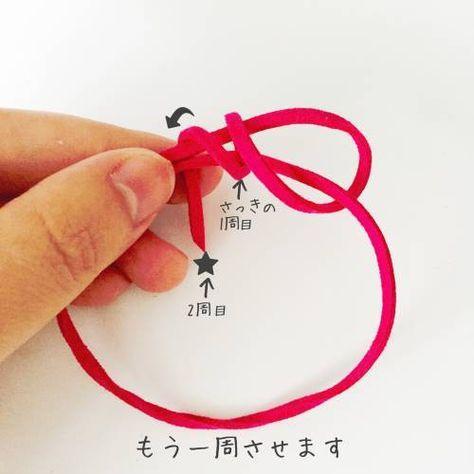 スエード紐で簡単ブレスレット♩*・ ダイソーの人気商品スエード紐で簡単なブレスレットを作りました。金具入らずのシンプルな作り方です。 このノートでは作り方やアレンジ方法などを紹介します。ダイソーのスエード調 手芸ひも 4色セット100円の嬉...