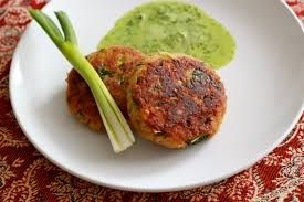 The Shammi kebab- The origin of this kebab can be traced back to the Mughal era, cooked by the cooks of Middle East. This kind of kebab is a mixture of minced meat with ground chickpeas, and spices. The succulent minced lamb patty is fried till they are golden brown. Served with chutney of coriander, this kabab is a must-have. You will love this at one of the best places to eat in Kolkata.