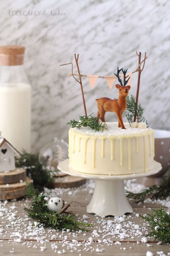 Drip Cake de Mandarina Especiada y Crema de Queso (Tarta Navidad)  para el bizcocho:  100g manteca  125g azúcar moreno  2 huevos L  125g yogur griego  Ralladura y zumo de 2 mandarinas medianas  60ml de ron  220g harina  1 y 1/2 cditas de levadura en polvo  Una pizca de sal  2 cditas de canela en polvo  la crema de queso:  150g azúcar glas  125g mantequilla  300g queso philadelphia frío  el drip de ganache, coco y ron:  50g nata líquida para montar  100g chocolate blanco  20ml ron  Coco…