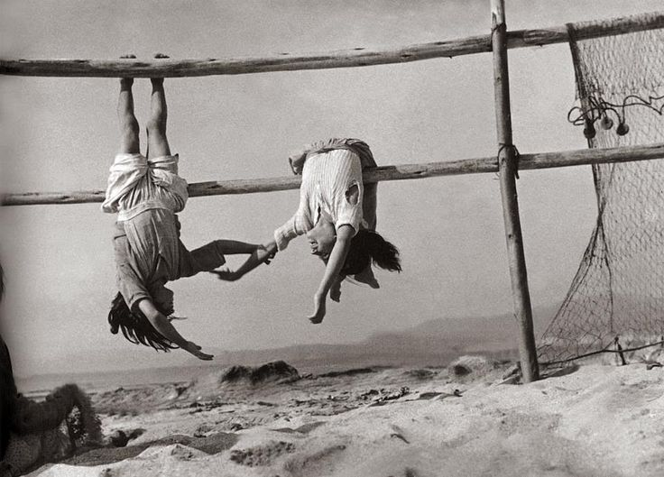 Sergio Larraín Daughters of fishermen in the village of Horcones, 1957.