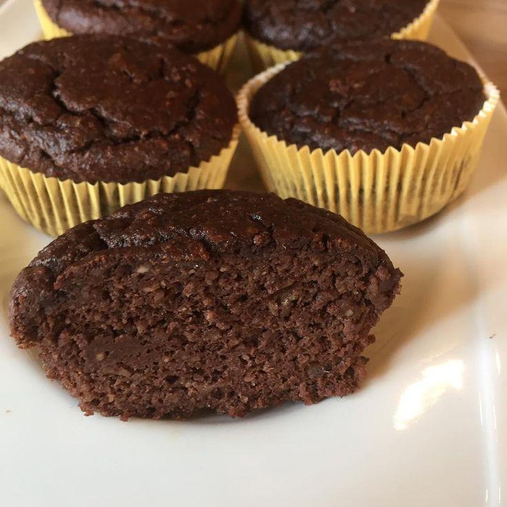 #sağlıklı#muffin#içinde un şeker yağ yok çok kabarmıyor ama çok sağlıklı  Malzemeler -3 yumurta -1 olgunlaşmış muz -150 gr. Hurma -200 gr. İnce çekilmiş badem -50 ml. Süt -40 gr kakao -2 tatlı kaşığı kabartma tozu- - bır fiske tuz - 1 çay kaşığı tarçın Çekirdeleri  ayrılmış hurmalar 20 dakika kaynar suda bekletip suyunu süzün. Bütün malzemeleri mutfak robotuna atıp iyice karıştırın  hamur iyice homojen kıvamda olsun  Muffın kalıplarına döküp  20 dakıkaya yakın pişirin yaklaşık 9- 10 tane…