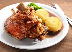 Die Schweinshaxe ist ein Klassiker. Sie wird im Sud gekocht und anschließend im Ofen knusprig gebraten - das perfekte Rezept für Schweinshaxe!