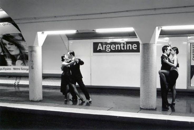 Métropolisson : les stations du métro parisien prises au pied de la lettre dans des clichés pleins d'humour