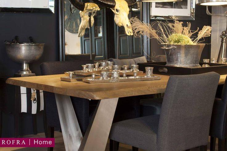 Een op boomstammen geïnspireerde eettafel met grof afgewerkte zijkant waar de vorm van de stam nog zichtbaar is. In combinatie met het bijzondere rvs onderstel is deze eettafel een echte blikvanger in uw interieur!   Rofra Home