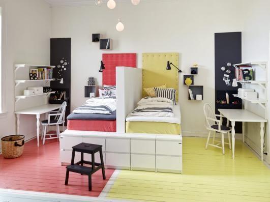 SONER: Sengene har i utgangspunktet én sokkel som er delt med halvveggen. Madrassen og gavlen til venstre er trukket i rødt stoff, art.nr. 851926, mens madrass og gavl til høyre er i gult, art.nr. 851928, kr 70 pr. m, Stoff og Stil. Pyntenaglene er også derfra. Gul ugle, kr 169, Lille Verket. Stolen ved skrivebordet er kjøpt på Fretex. Midt på gulvet står trappestigen Bekväm, kr 129, til venstre står en kurv, begge fra Ikea. Styling: Steen