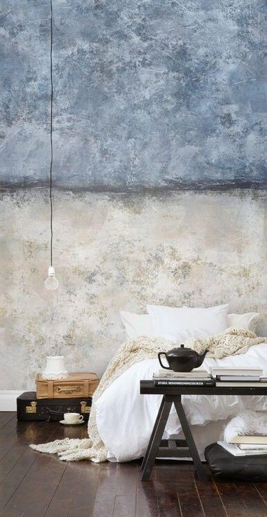 quarto com decoração estilo industrial, decoração rústica, parede de concreto sem acabamento, malas antigas como criado mudo