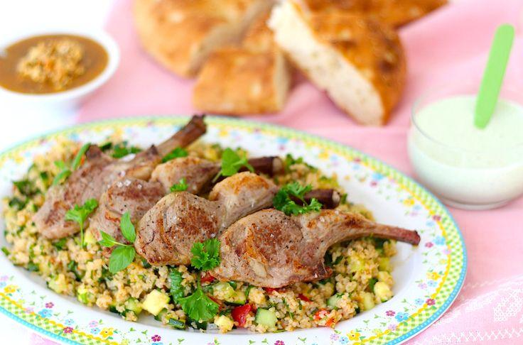 Met Pasen een zalig gerecht serveren met lam? Dan gaat dit recept voor lamsrack met tabouleh en romige muntsaus je zeker helpen.