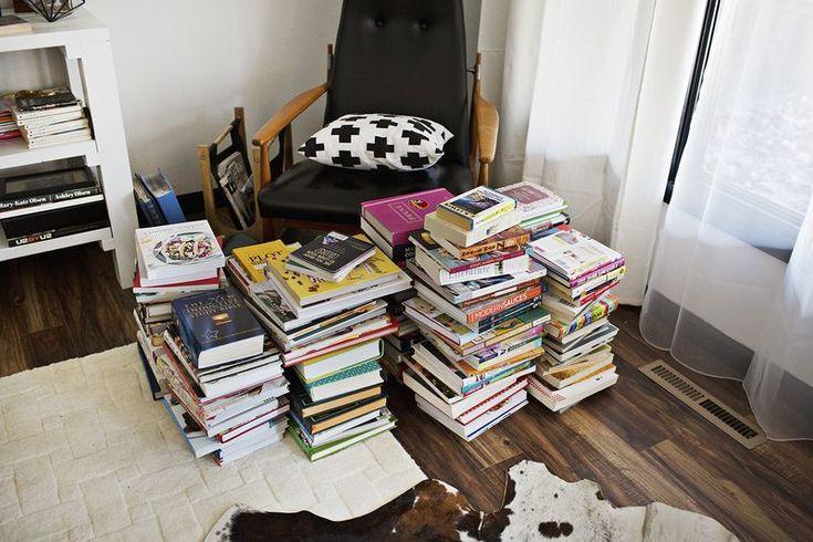 Αντί να στοιβάζουμε τα βιβλία σε ντάνες στο πάτωμα ή αντί για την συμβατική, βαρετή βιβλιοθήκη, μπορούμε να φτιάξουμε αυτό το έπιλο-κόσμημα και μάλιστα μόνες μας.