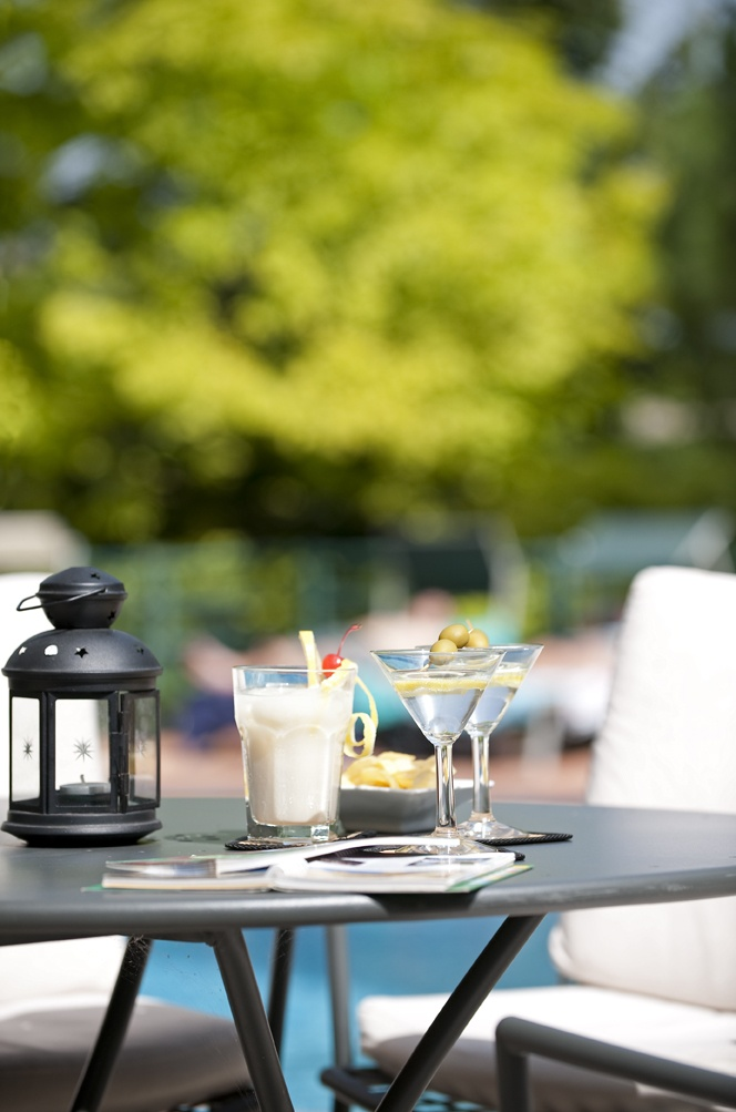 Aperitif by the pool!