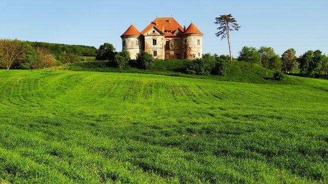 Castelul Pekri Ozd se afla in inima Transilvaniei, in localitatea Ozd. Palatul a fost reconstruit de mai multe ori de-a lungul timpului, gazduind, totodata, o gradinita, o scoala, o casa de cultura sau un CAP. După '89 castelul a fost retrocedat