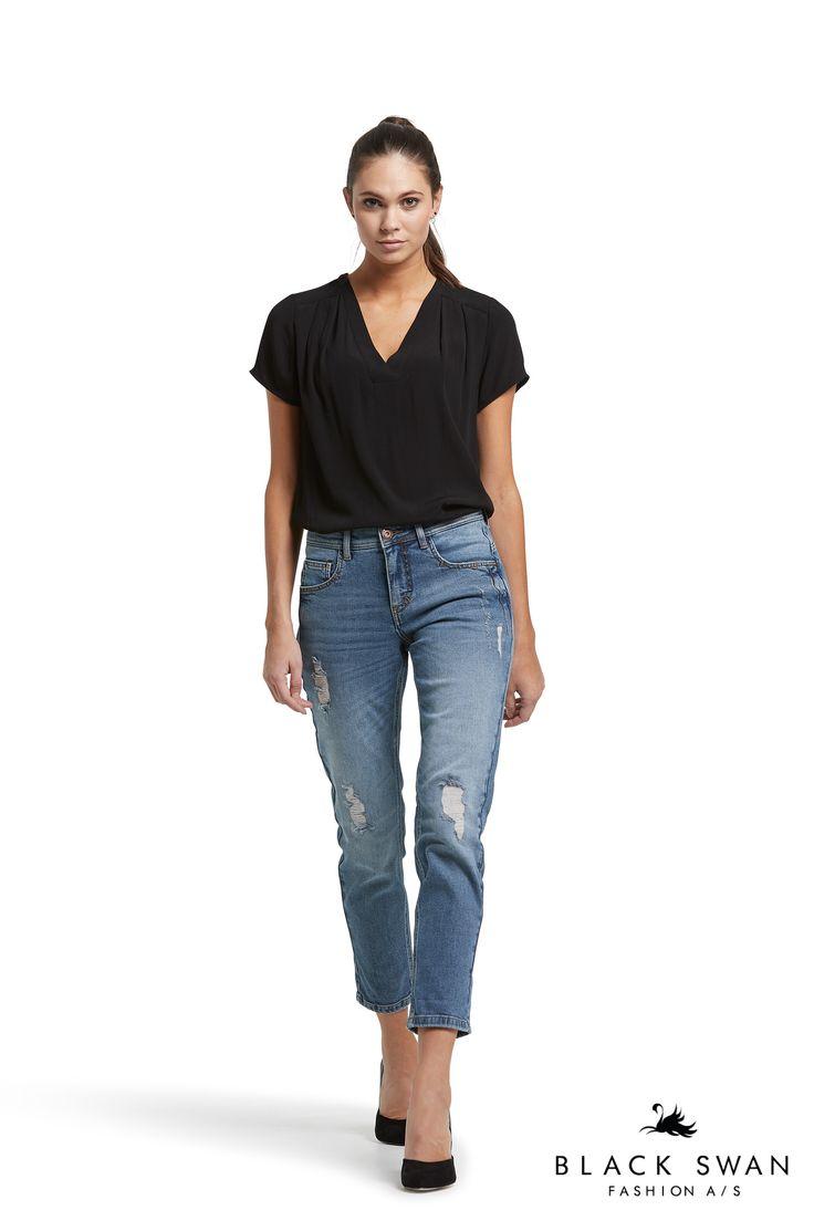 Janet boyfriend jeans and Joy top Black Swan Fashion SS17