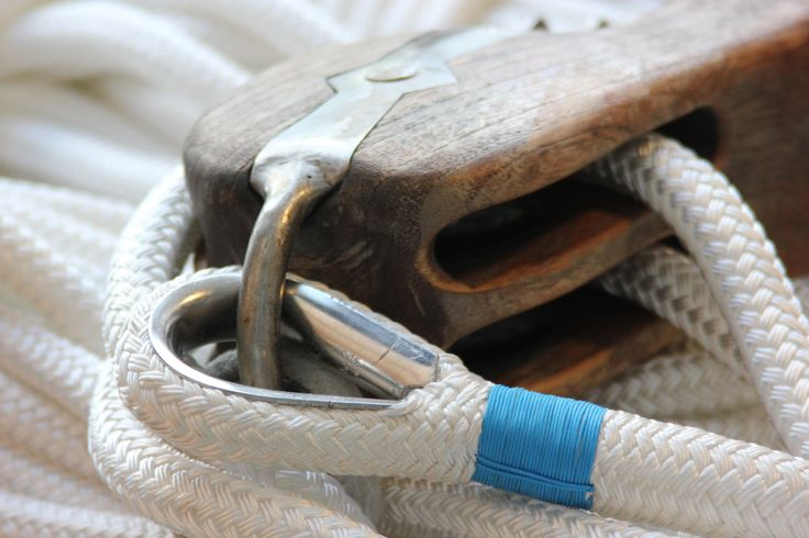 Stylish white rope on this wooden block #premiumropes #premium #ropes #lijnenspecialist #lemsteraak #ropes #touwwerk #schiemannen #splicing #classic #boat #sailing #sailingboat #rope #sheet