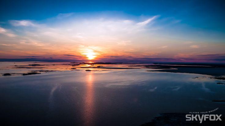 Aurinko laskee mereen.