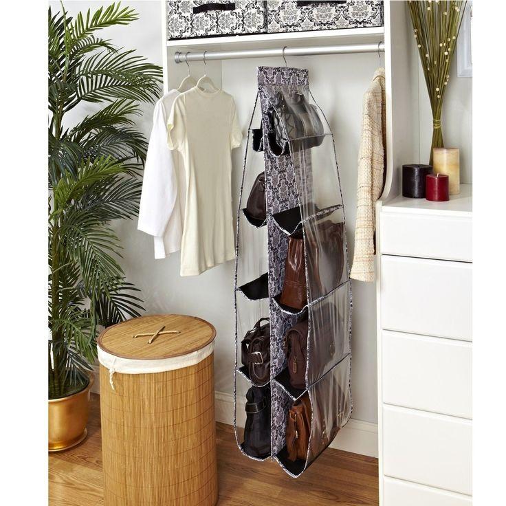 Usa organizadores colgantes para botas y bolsos con los que ahorrarás espacio de almacenamiento en el armario.
