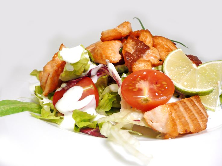 Selekce trhaných salátů s kousky grilovaného lososa, cherry tomaty a limetovo-mátovým dresinkem.  #ukastanujarov http://www.ukastanu.cz/jarov