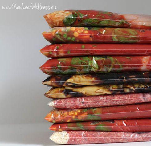 Aliments congelés dans des sacs allant au congélateur