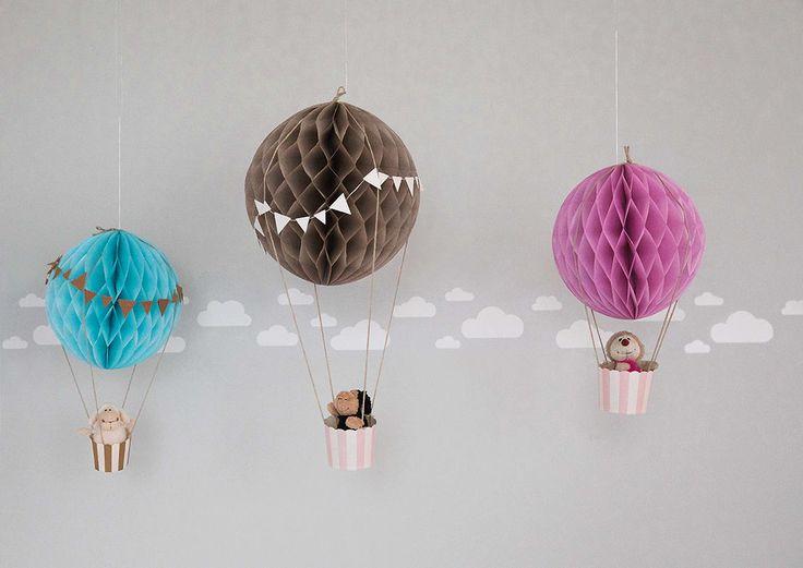 Decora el cuarto de tus hijos o su fiesta de cumpleaños con globos aerostáticos de papel. Una idea sencilla y perfecta para pequeños aventureros.