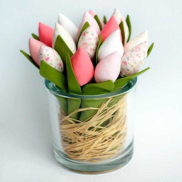 Букет прекрасных тюльпанов ручной работы в стиле Тильда. Безупречная ручная работа, изумительно точное воспроизведение, высокое качество исполнения. Тюльпаны нежно - розовые, белые, кремовые, с нежным цветочным принтом будут самым стильным авторским украшением гостиной или любого другого помещения.