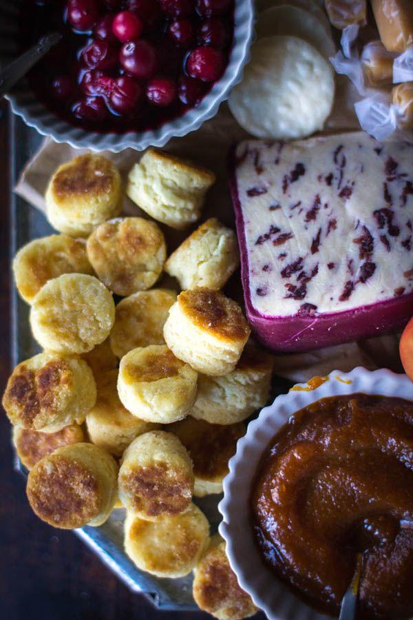 Unterhaltungs eine Menge für Thanksgiving?  Diese festliche dunk & slather Platte mit Cremige Blumenkohl Artischocken-Bad und hausgemachte Bissen glutenfrei Keks ist sicher ein großer Hit sein!  |  @beardandbonnet