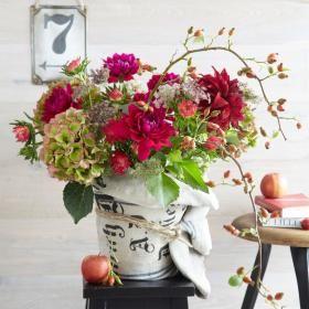 Herbststrauß aus Astern, Dahlien und Hortensien