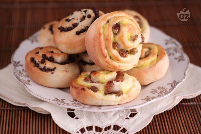 Queste deliziose girelle, di morbida consistenza, sono state preparate con due diversi ripieni: gocce di cioccolato e uvetta con crema pasticcera.   Due golose varianti per soddisfare tutti i gusti.
