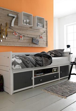 Leuk idee zo'n steigerhouten bord met kastjes en haken enz. boven het bed. Voor alle judo prijzen:)
