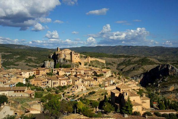 Alquezár is een klein pittoresk vestingstadje in het natuurpark Sierra de Guara in noord Aragon. Hoewel het plaatsje helemaal is gerestaureerd, waan je je al wandelend door de steile straatjes terug in de Middeleeuwen. Hoog op de heuvel, bovenin het stadje, staan de zestiende eeuwse kerk van Santa Maria en het kasteel. Vanaf deze plek heb je een schitterend uitzicht over de gigantische vallei.