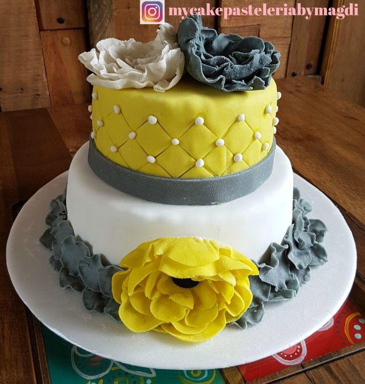 pastel de cumpleaños mujer flores amarillo y gris