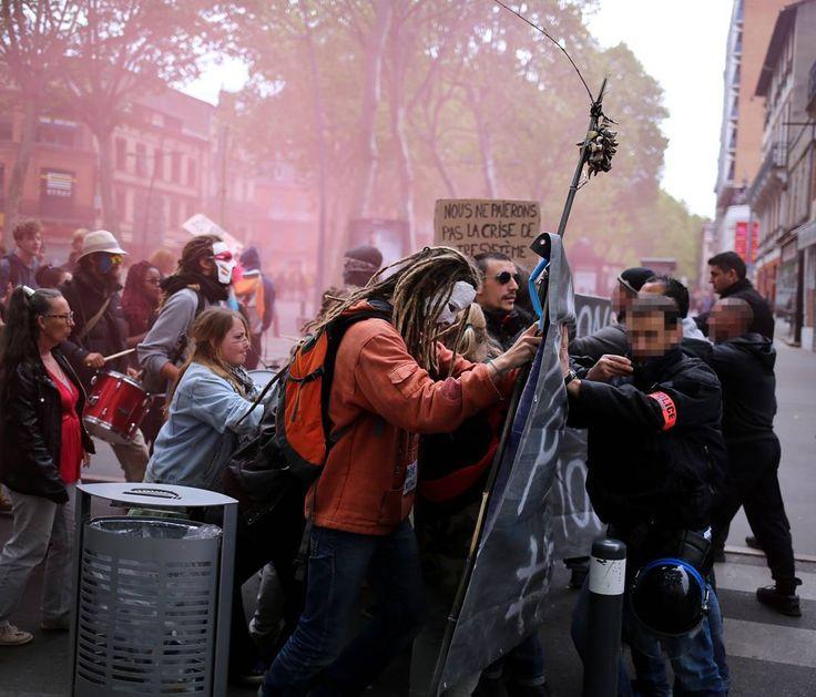 #Manif28avril contre la #loitravail à #Toulouse  Copyright La Dépêche du Michel Viala. La préfecture de #HauteGaronne a interrompu la #manifestation vers 13 heures car des #manifestants avaient jeté des projectiles vers la #police blessant deux #policiers à la tête.