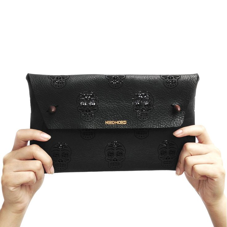 BLACKDOPE SUGAR SKULL CLUTCH | material : NAPPA LEATHER with TEAKWOOD BUTTON
