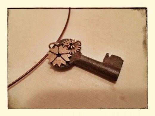 Ciondolo con piccola chiave e ingranaggi orologio