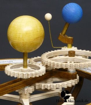 Sun, earth and moon of the hand driven Wooden Tellurion from Christopher Blasius. Plans are available at holzmechanik.de