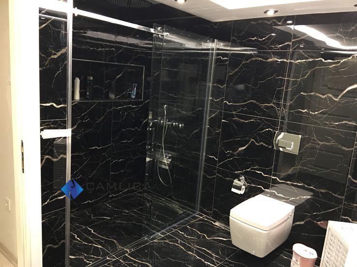 Siyah renkli banyolarda şeffaf duş camları alan derinliğinizi kaybetmeden atmosferik bir ortam sağar. www.camdusakabin.com