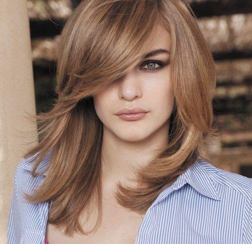 Tagli di capelli medi con frangia laterale