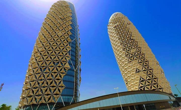 Las torres Al Bahar, de Aedas arquitectura, en Abu Dhabi, tienen una sofisticada protección solar que reduce el consumo de energía alrededor de un 50%. Del consumo sostenible del agua en la descarga de las cisternas empotradas en los baños se encarga Geberit. Un edificio ecosostenible en medio del desierto.