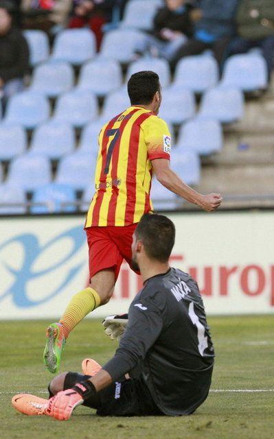 El delantero del Barcelona Pedro Rodríguez celebra uno de sus goles en presencia del portero Miguel Angel Moyá y el centrocampista Pedro Leó...