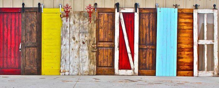 Descripción e ideas de puertas corredizas con guias vistas. Decapadas, con color, pintadas a mano y realizadas con tablones consiguiendo un estilo rústico