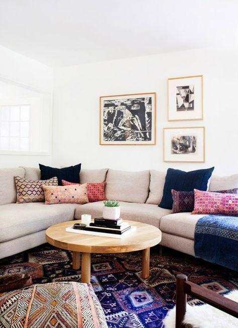 combinaison de coussins dépareillés sur un canapé d'angle beige