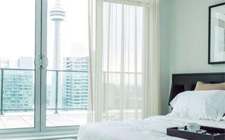 Habitación de hotel con control remoto de #Panasonic para regulación del #aireacondicionado