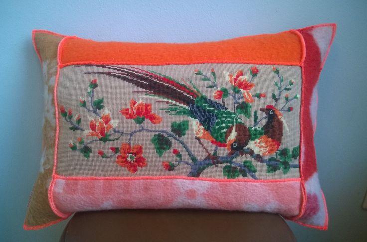 kussen met een hoes van retro wollen dekens en een vintage borduurwerk. De afmeting is 40-60 cm, de prijs is inclusief binnenkussen.