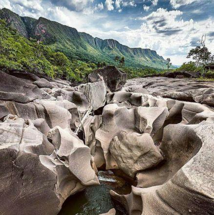 O Vale da Lua é uma série de formações rochosas de granito, que parecem uma paisagem de outro planeta. O rio São Miguel passa bem no meio das pedras formando lagoinhas de água transparente onde é possível tomar banho. O Vale fica na Chapada dos Veadeiros, e dá para chegar lá a pé, através de uma trilha.