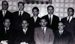 De g. à dr. : Abdelhamid Mehri, Abdelhafid Boussouf, Lakhdar Bentobbal, Abane Ramdane, Krim Belkacem, Amar Ouamrane, Ferhat Abbas, Mahmoud Chérif, Mohamed-Lamine Debaghine