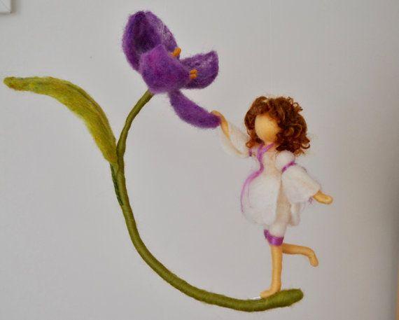 Violet Flower Fairy naald vilten Waldorf Geïnspireerd / wol pop: meisje en violet bloem Geen patroon. Mooi die beweging icm stand meisje.