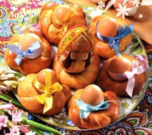 На Пасху принято готовить куличи, творожные пасхи и маленькие пасочки – они всегда украшают наши праздничные столы в этот светлый день. Однако помимо этих традиционных кушаний есть еще несколько вариа…