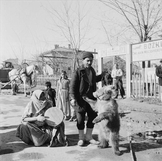 Turkish gypsies with a performing bear, Turkey, 1953. Photo by Bert Hardy (19 May 1913 — 3 July 1995)