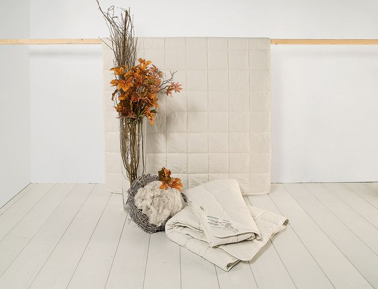 """Hanf-Kombi-Bettdecke """"Canapa"""" aus zwei Bettdecken mit unterschiedlichen Füllgewichten, die auch einzeln verwendet werden können. So sorgt diese waschbare Kombi-Bettdecke das ganze Jahr für ein ideales Schlafklima. Vor allem für Allergiker ist Hanf ein geeignetes Füllmaterial. Die Hohlfaser schließt Luft ein, nimmt Feuchtigkeit auf und kann außerdem im Schonwaschgang gereinigt werden."""