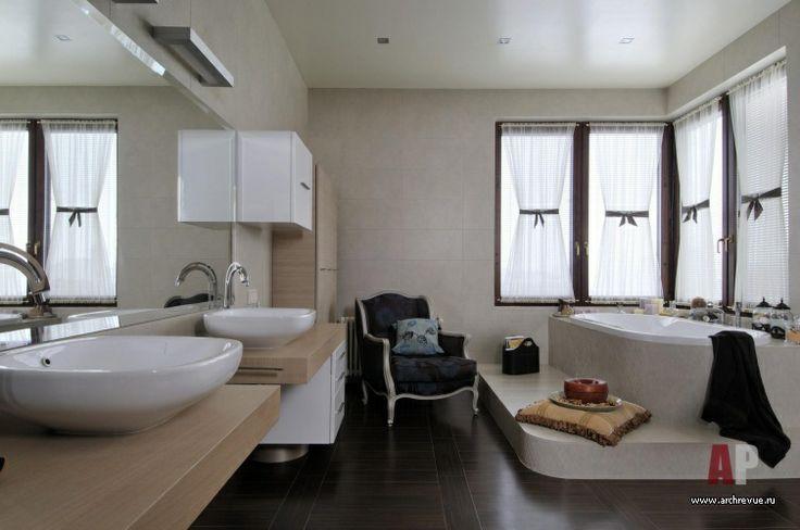 Дизайн интерьера двухэтажной квартиры в новостройке   Просторное помещение хозяйского санузла позволило автору проекта поднять ванну на подиум, расположив ее у окна, и создать в помещении элегантную атмосферу благодаря светлым оттенкам мебели для ванной комнаты Antonio Lupi