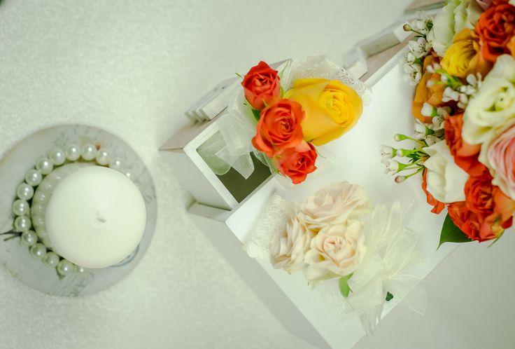 Cocardele din flori naturale sunt o alegere elegantă și plină de originalitate.