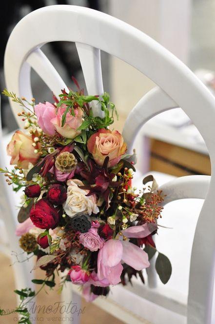 INNA Studio_ flowers on a chair / colorful flowers on a white chair / kwiaty dekoracją krzesła / kolorowa ozdoba na krzesło / kwiaty na białym krześle / fot. TiAmoFoto