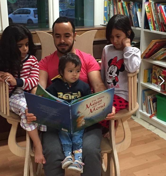 Jawad aus Afghanistan hat mit seinem selbstgebauten Vorlese-Schaukelstuhl einen Internet-Hit gelandet. Nun kann man die besonderen Stücke auch kaufen.